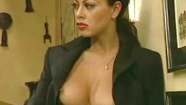 Puta pechugona Amadea Emily da la cabeza videos pornos de trios en español y folla duro al aire libre