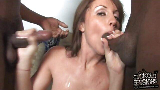 Británica milf ver peliculas xxx en español Skyler cubre su trasero desnudo con medias
