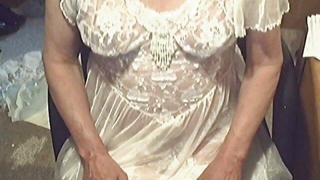 Chica rubia chupa y folla cerca de la mesa de billar porno traducido